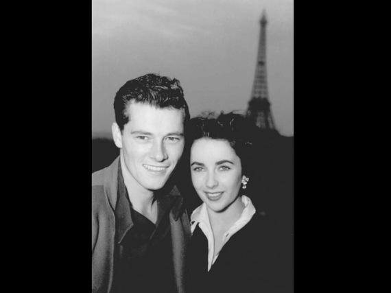 Elizabeth Taylor berpose dengan suaminya, Nick Hilton, di teras kamar hotel di Paris, 31 Mei 1950