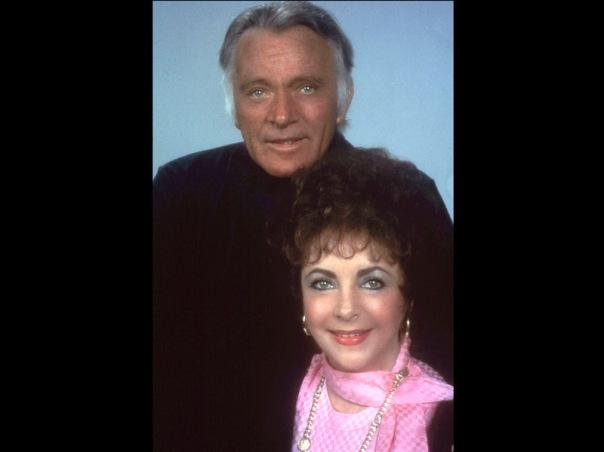Elizabeth Taylor berpose dengan mantan suaminya, Richard Burton, pada 1983
