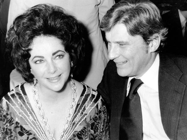 Elizabeth Taylor dan suaminya, John Warner, di 42nd New York Film Critics Circle Awards, 30 Januari 1977.