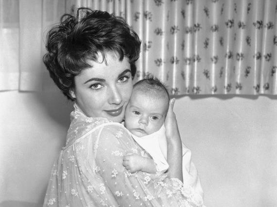 Elizabeth Taylor berpose dengan Michael Howard Wilding, anaknya dengan aktor Inggris, Michael Wilding, 6 Januari 1953.