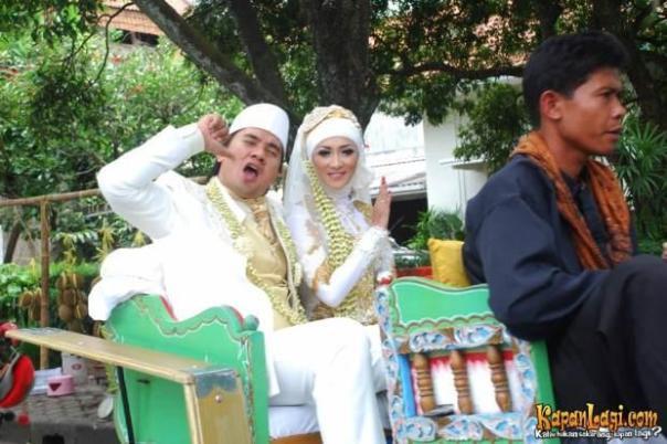 Usai ijab kabul, pasangan pengantin baru ini diarak dengan andong di sepanjang Jl. R.E.Martadinata, Bandung.