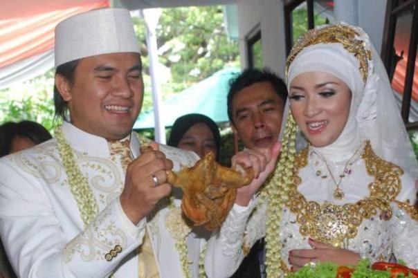 Berebut 'bakakak hayam', tradisi pernikahan adat Sunda.