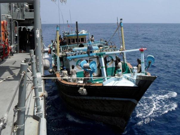 Awak kapal penangkap ikan milik Iran yang diserang perompak Somalia dan ditelantarkan tanpa persediaan makanan diselamatkan kapal perang milik Spanyol, NAVARRA.