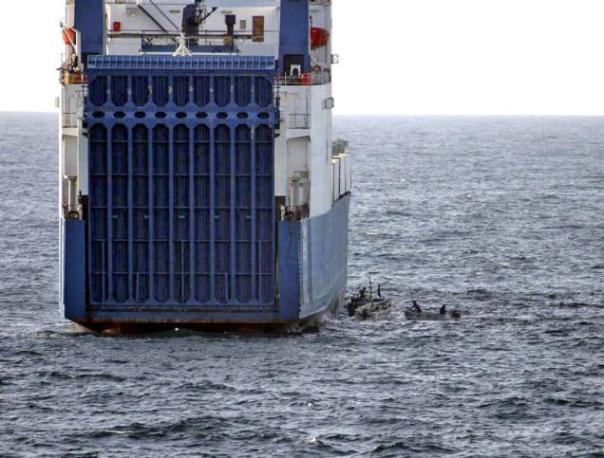 Sejumlah perompak Somalia yang menggunakan kapal boat berusaha membajak kapal tanker yang membawa muatan gas cair pada Oktober 2010.