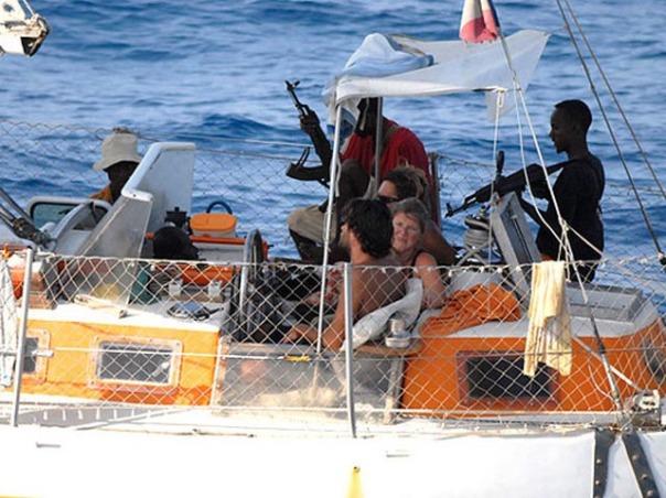 Perompak Somalia bersenjata menyandera penumpang kapal pesiar Perancis, Tanit, di Teluk Aden pada April 2009.