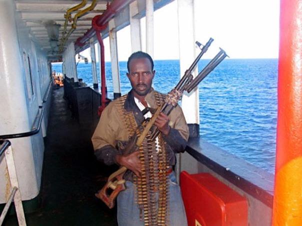 Perompak Somalia memegang senjata dengan amunisi lengkap.