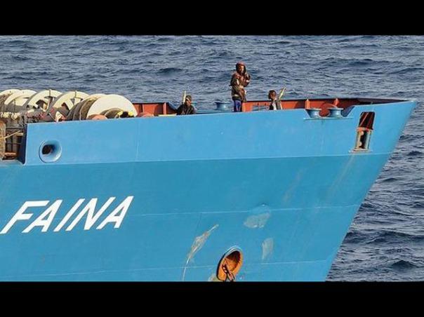 Aksi perompak Somalia saat membajak kapal kargo milik Filipina, Faina pada November 2008.