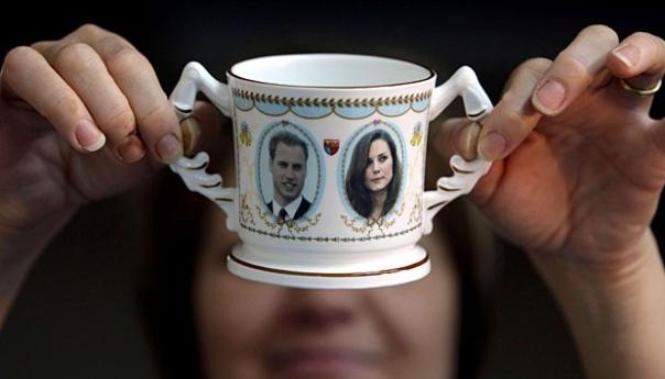Guilder Lyn Holmes memeriksa mug yang dibuat untuk memperingati pertunangan Pangeran William dan Kate Middleton di Aynsley Cina di Stoke-on-Trent, Inggris. Perusahaan yang didirikan pada 1775 oleh John Aynsley , telah memproduksi peralatan makan khusus untuk memperingati peristiwa penting kerajaan sejak akhir abad 19.