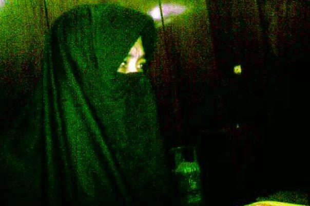 Saat ditemukan di masjid At-Ta'awwun, Lian berpakaian gamis serba hitam dan cadar yang menutupi wajahnya. Padahal sebelumnya, pihak keluarga melaporkan Lian masih mengenakan pakaian dinas Kemenhub biru saat hilang.