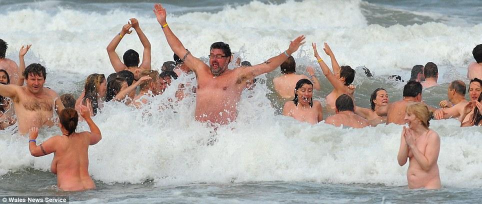 Foto : 400 Orang Bugil di Pantai Untuk Pecahkan Rekor (3/3)