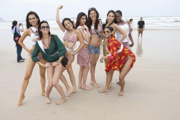 Nadine Alexandra Tetap pakai bikini dengan membawa selempang bertulis Indonesia